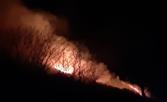 Non c'è pace per la Valganna, tornano il vento e le fiamme: incendio visibile da lontano