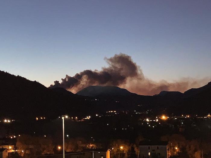 Valganna, brucia ancora tutto sopra il lago di Ghirla. La colpa non è del vento