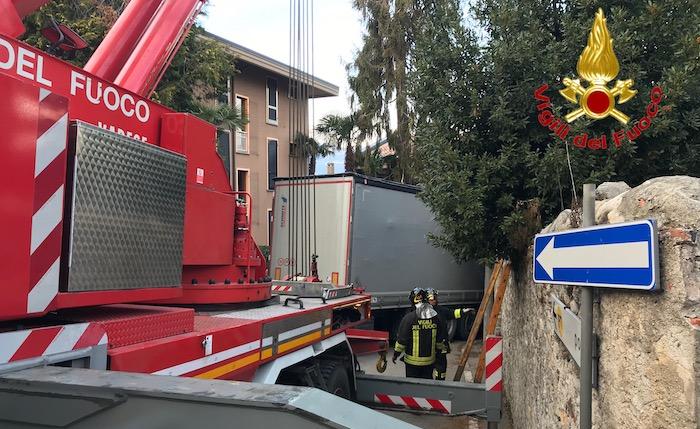 Tir incastrato in centro a Porto Valtravaglia, intervengono i vigili del fuoco