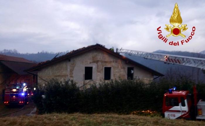 In fiamme un cascinale, intervenuti venti vigili del fuoco con 7 automezzi