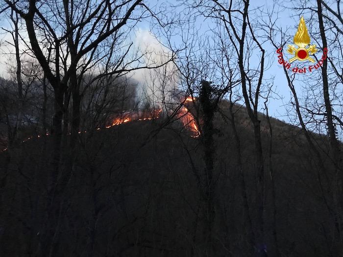 Valganna, incendio sotto controllo: i mezzi aerei tornano alla base