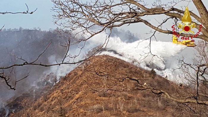 In fiamme la Valganna, bruciati 100 ettari di bosco. Canadair ed elicotteri in azione