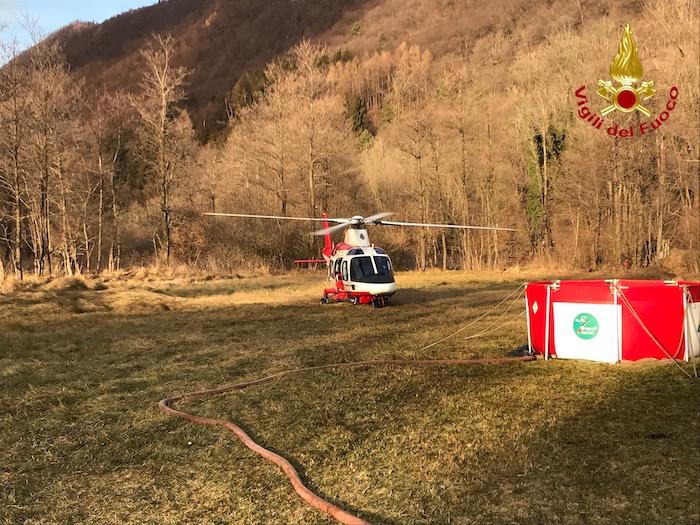 Incendio in Valganna, si fermano canadair ed elicotteri. Domani preoccupa il vento