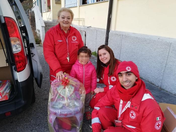 Grazie alla CRI di Luino e alla PVL sorridono 70 bambini, consegnati i regali di Natale