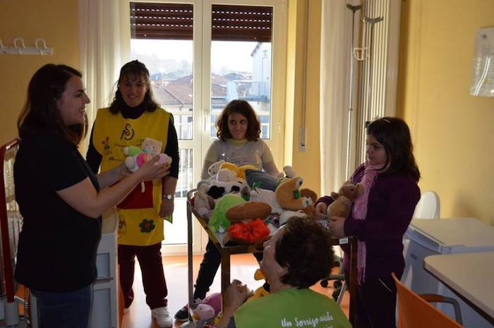 I piccoli della Pediatria di Cittiglio felici grazie ai peluche dalla Pallacanestro Luino