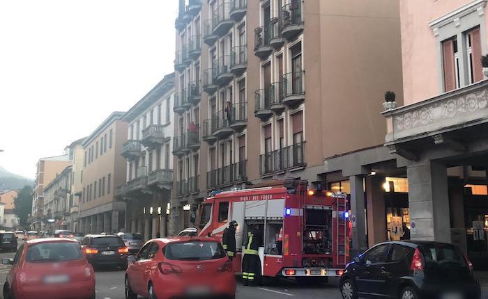 Principio di incendio in un appartamento di Luino, intervengono i vigili del fuoco