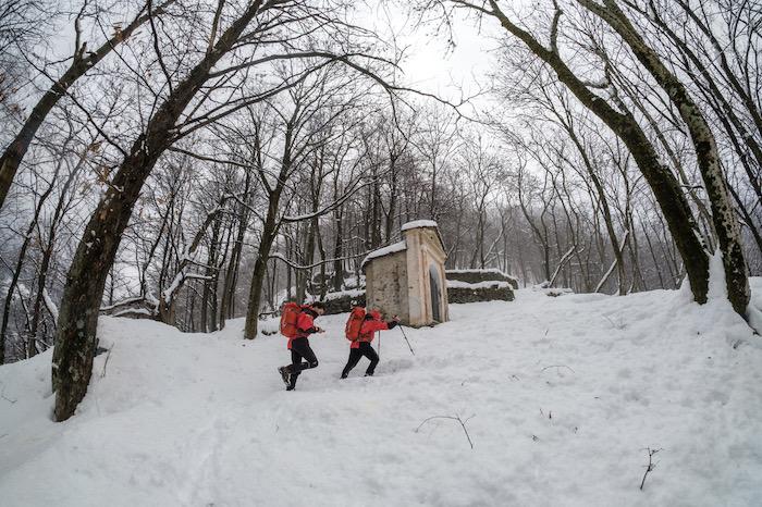 Neve, i volontari del Soccorso Alpino battono traccia lungo la scalinata verso Monteviasco