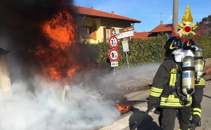 Brezzo di Bedero, in fiamme un'automobile. Salvo il conducente