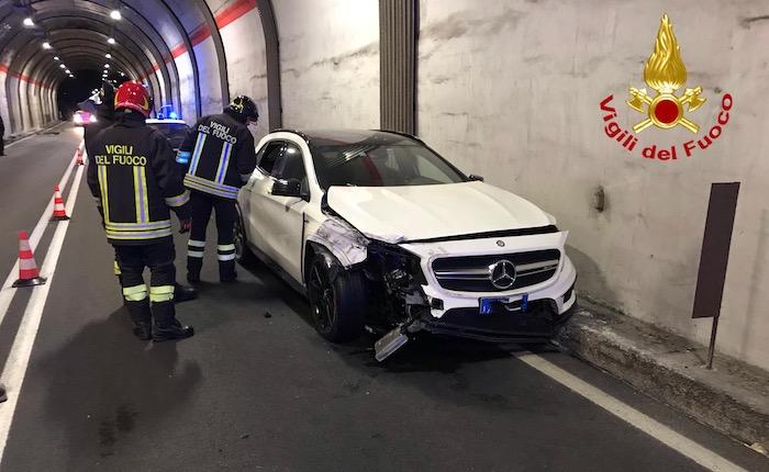 46enne perde il controllo dell'auto e finisce contro il muro della galleria di Colmegna