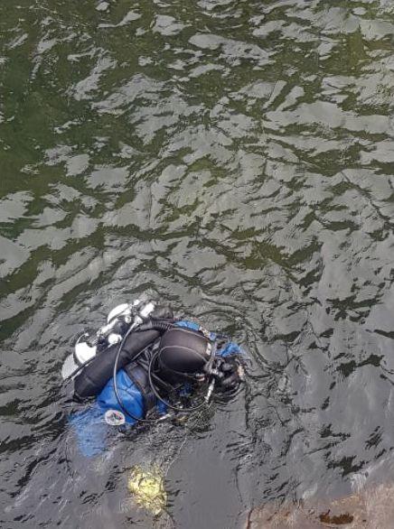 Maccagno, i sub recuperano dal fondale del lago pneumatici, tavolini, sedie e tanti altri rifiuti