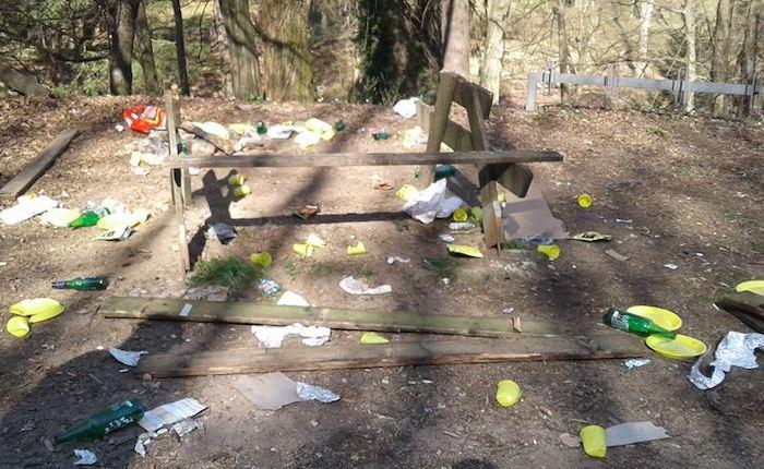 Rifiuti ovunque, tavoli e panche distrutte: atti vandalici al Parco dell'Argentera