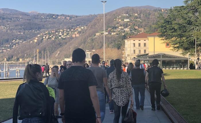 Centinaia di persone si riversano sul lungolago di Luino, esplode la primavera