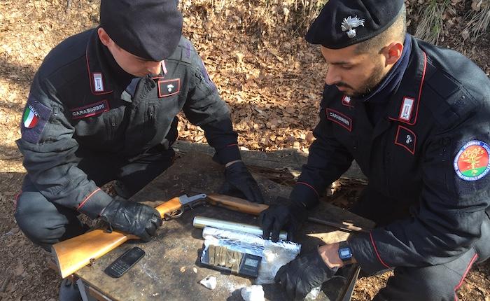 Spaccio nei boschi della Val Marchirolo: arrestati tre uomini e sequestrati armi e droga