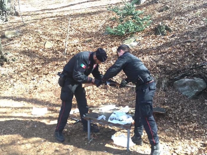 Spaccio nei boschi della Val Marchirolo: arrestati tre uomini. Sequestrate armi e droga