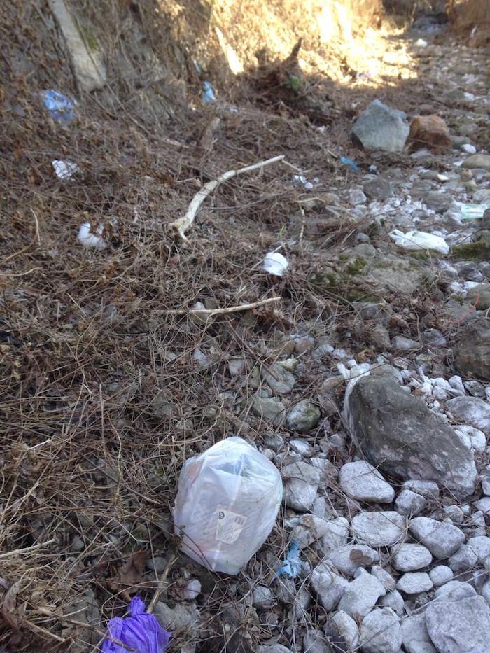 Nei boschi della Valcuvia ancora grande inciviltà: trovate reti metalliche e tolle di vernice