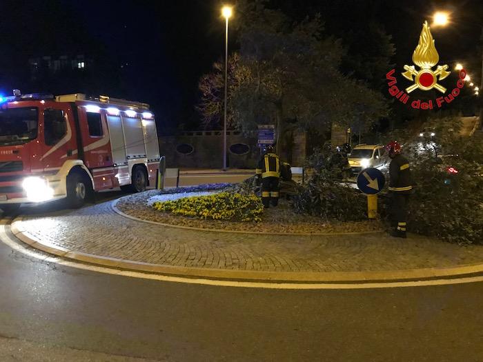 Vento forte anche nella notte, oltre cento interventi dei vigili del fuoco. Gravi danni a Cuvio