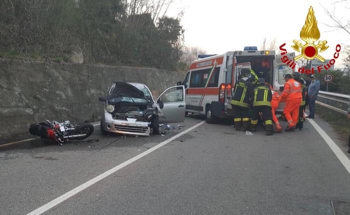 Grave incidente a Brusimpiano: frontale auto moto sulla SP61, muore un 52enne