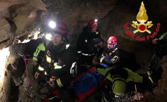 Maxi addestramento per i vigili del fuoco all'interno della grotta Marelli