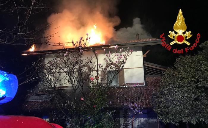 A fuoco una villa di due piani ad Orino, stabile inagibile e famiglie fuori casa