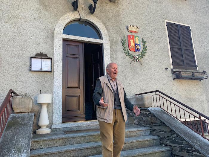 Monteviasco: i Carabinieri portano bresaola, pane fresco e medicine alla signora Rosina