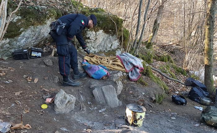 """Spacciatori ancora """"padroni"""" dei boschi luinesi, trovate armi cariche e un sacchetto di monete"""