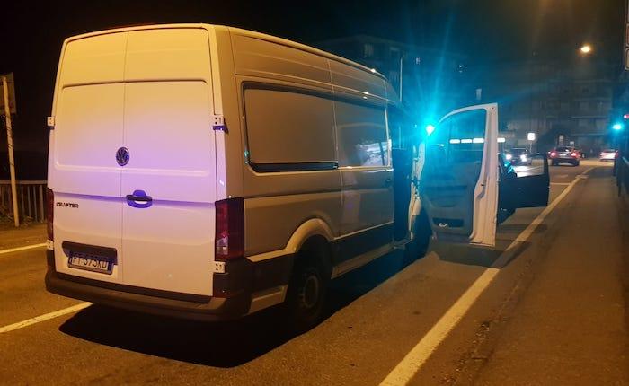 Avevano rubato un furgone in Brianza, fermati a Luino: malviventi fuggono lanciandosi nel Tresa