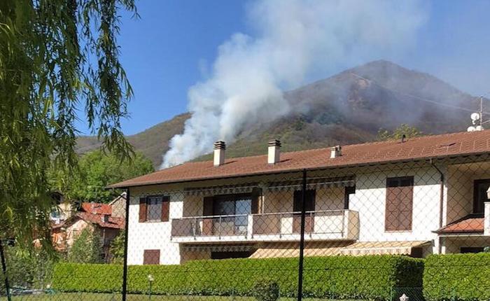 Vasto incendio nei boschi di Dumenza, intervento di diversi mezzi dei vigili del fuoco