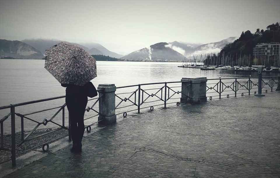 Una giornata uggiosa in riva a lago a Laveno, la foto è di Martina D'Orazio - Luino Notizie