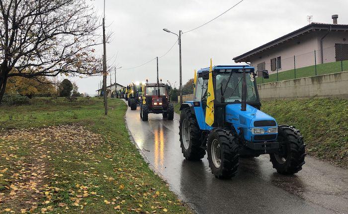 Oltre 40 trattori sfilano a Germignaga, ma sono fermi i lavori nei terreni zuppi