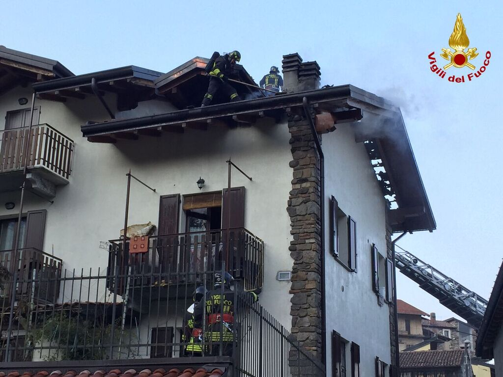Mesenzana, un incendio distrugge il tetto di una casa