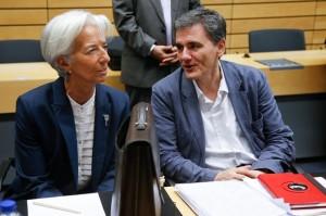 (Il direttore dell'FMI, Christine Lagarde, che parla con Euclid Tsakalotos, ministro dell'economia greco. Foto © guardian.com - Photograph: Olivier Hoslet/EPA)