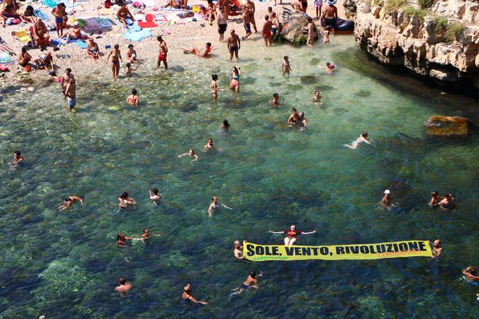 Polignano a Mare – I volontari di Greenpeace chiedono un futuro di energia rinnovabile e dicono NO alle trivelle in mare. ©Mario Nuzzi/Greenpeace