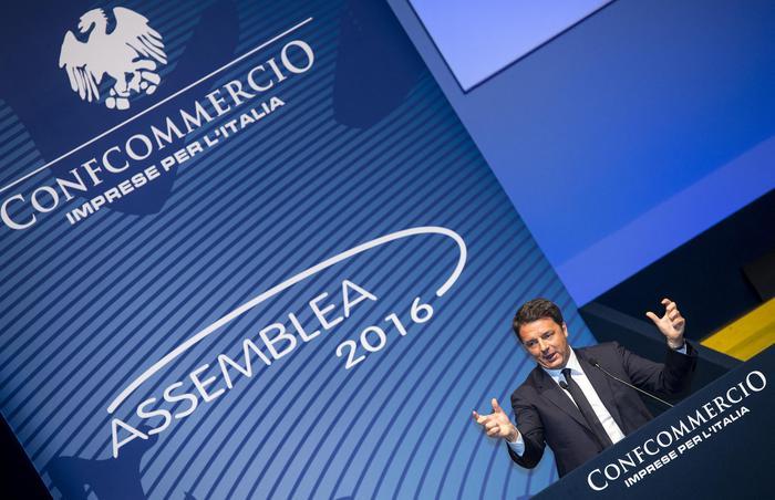 Il presidente del Consiglio, Matteo Renzi, durante il suo intervento all'assemblea 2016 di Confcommercio presso l'auditorium della Conciliazione a Roma, 9 giugno 2016. ANSA/CLAUDIO PERI