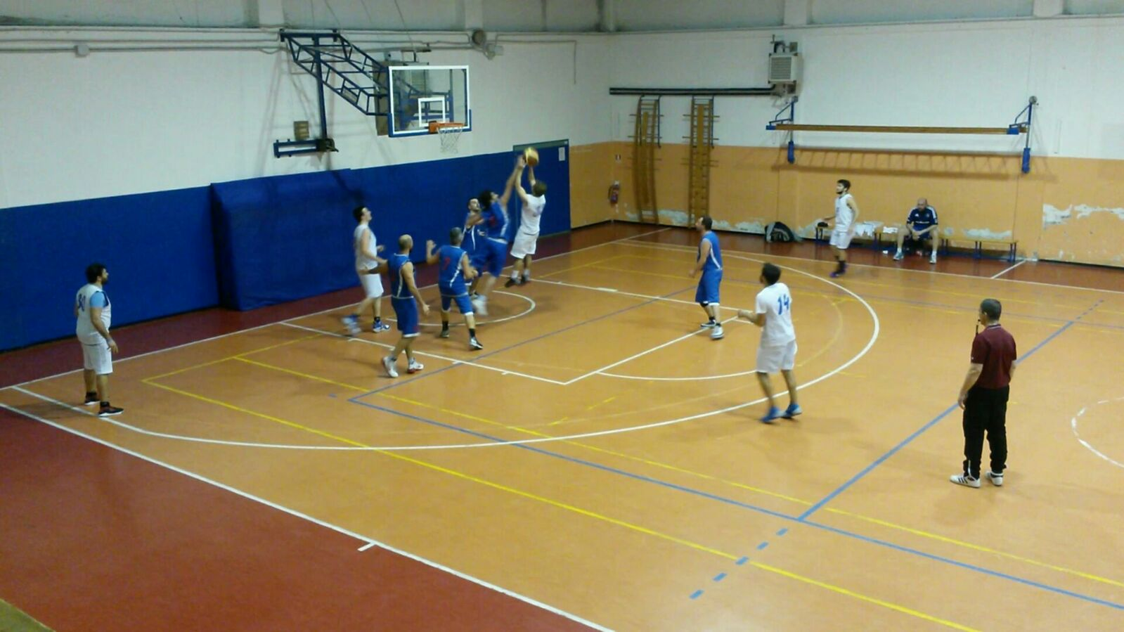Luino, la legge del PalaMenotti non si smentisce: il Basket Verbano batte anche Rovello (Foto Danilo Cambianica)