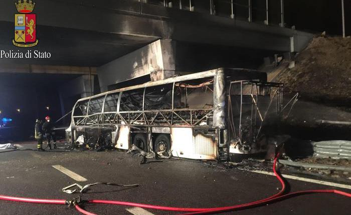 Bus di ragazzi in gita prende fuoco sulla A14, 16 morti