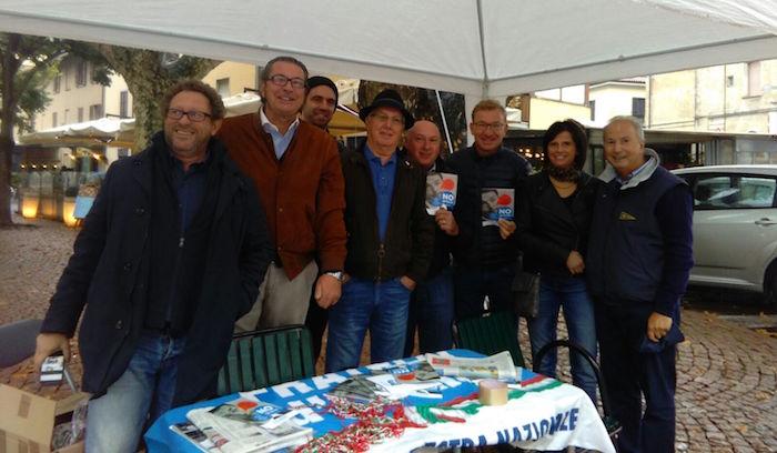 """Luino, Fratelli d'Italia in piazza per dire """"No al Referendum"""". Tra loro anche il sindaco Pellicini"""