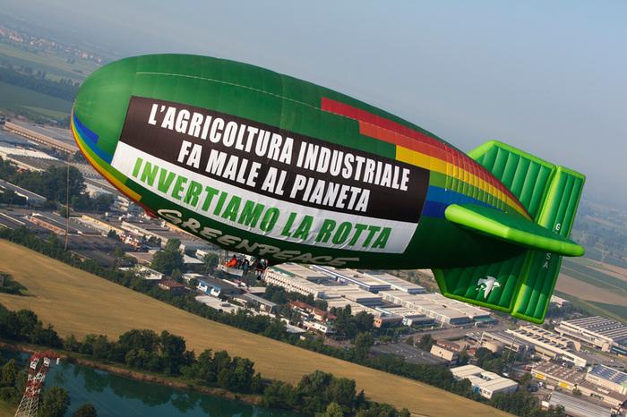 Milano – Greenpeace con un messaggio per Expo in favore dell'agricoltura sostenibile. ©Francesco Alesi/Greenpeace