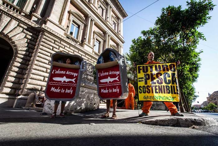 Roma – In azione per chiedere al ministro Maurizio Martina di fermare la pesca eccessiva che svuota il mare. ©Lorenzo Moscia/Greenpeace