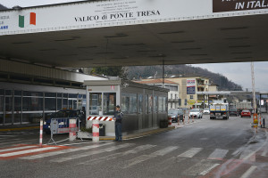 """La GdF di Luino arresta spacciatore in fuga sul ponte del valico """"Ponte Tresa"""". Aveva con sé 140g di eroina e 3mila franchi"""