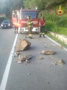 Il grosso masso che si è staccato dalla montagna finendo sulla strada provinciale 69, nei pressi di Brezzo di Bedero