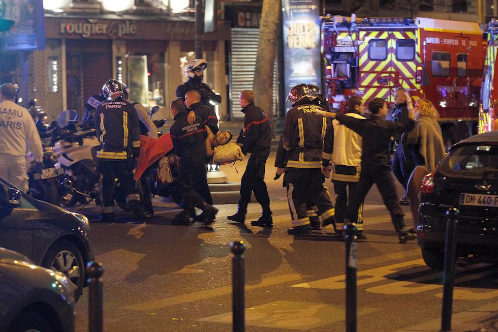 Un uomo ferito soccorso fuori dal Bataclan, Parigi, 13 novembre 2015. (Thierry Chesnot/Getty Images)