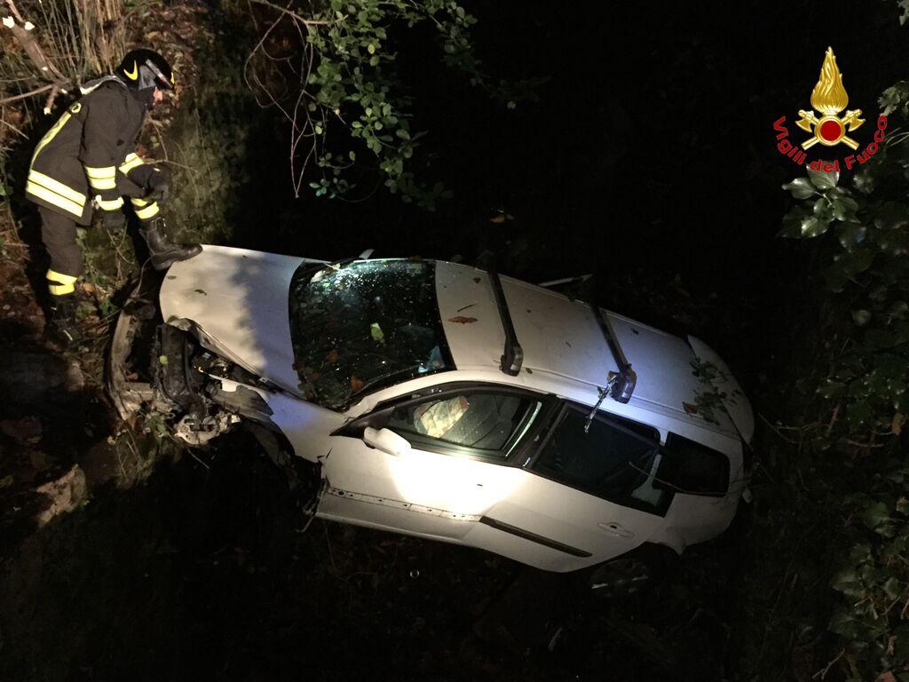 Tronzano, perde il controllo dell'auto e finisce in un torrente. Colpita un'altra macchina a bordo strada
