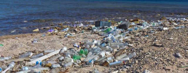 """Legambiente: """"Sulle spiagge italiane in media 714 rifiuti ogni 100 metri"""""""