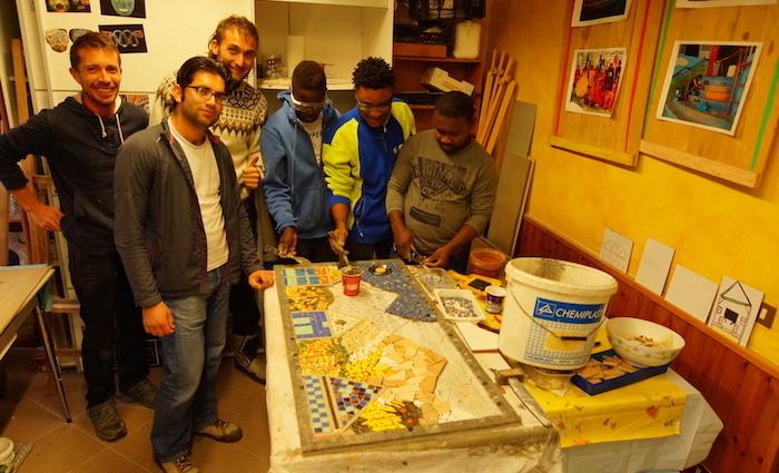 Brenta, Andrea e i migranti di Agrisol impegnati con i mosaici tra arte e creatività