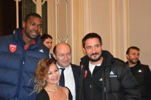Nella fotografia il dottor Doria, insieme al coach Gianmarco Pozzecco e Michela Niada dell'Ufficio Apogeo di Gallarate