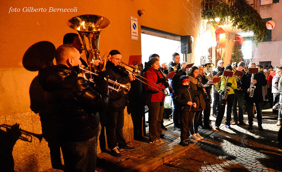 """Anche Germignaga ieri ha salutato lo scorso anno e l'arrivo del 2016 con """"Se Brusa ul Vecc"""" (Foto © Gilberto Bernecoli)"""