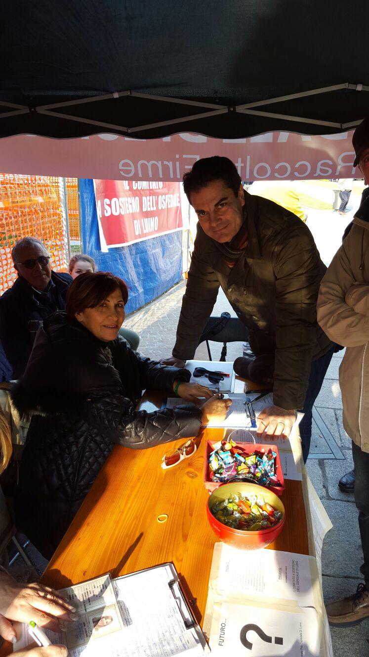 """ll capogruppo de """"La Grande Luino"""", Giuseppe Taldone, insieme a Patrizia Martino del Comitato a sostegno dell'Ospedale"""