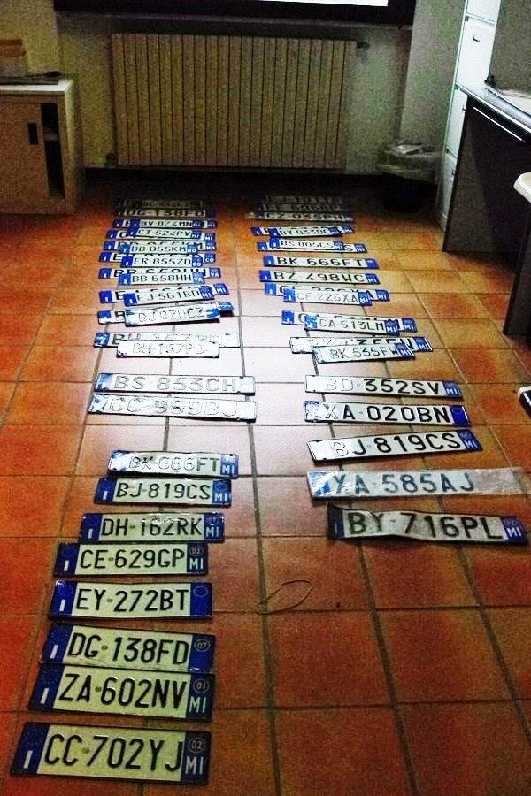 Cremenaga, arrestati tre ladri di targhe. Durante la perquisizione nell'abitazione di uno ne sono state rinvenute ben 430 (Foto © Carabinieri Luino)