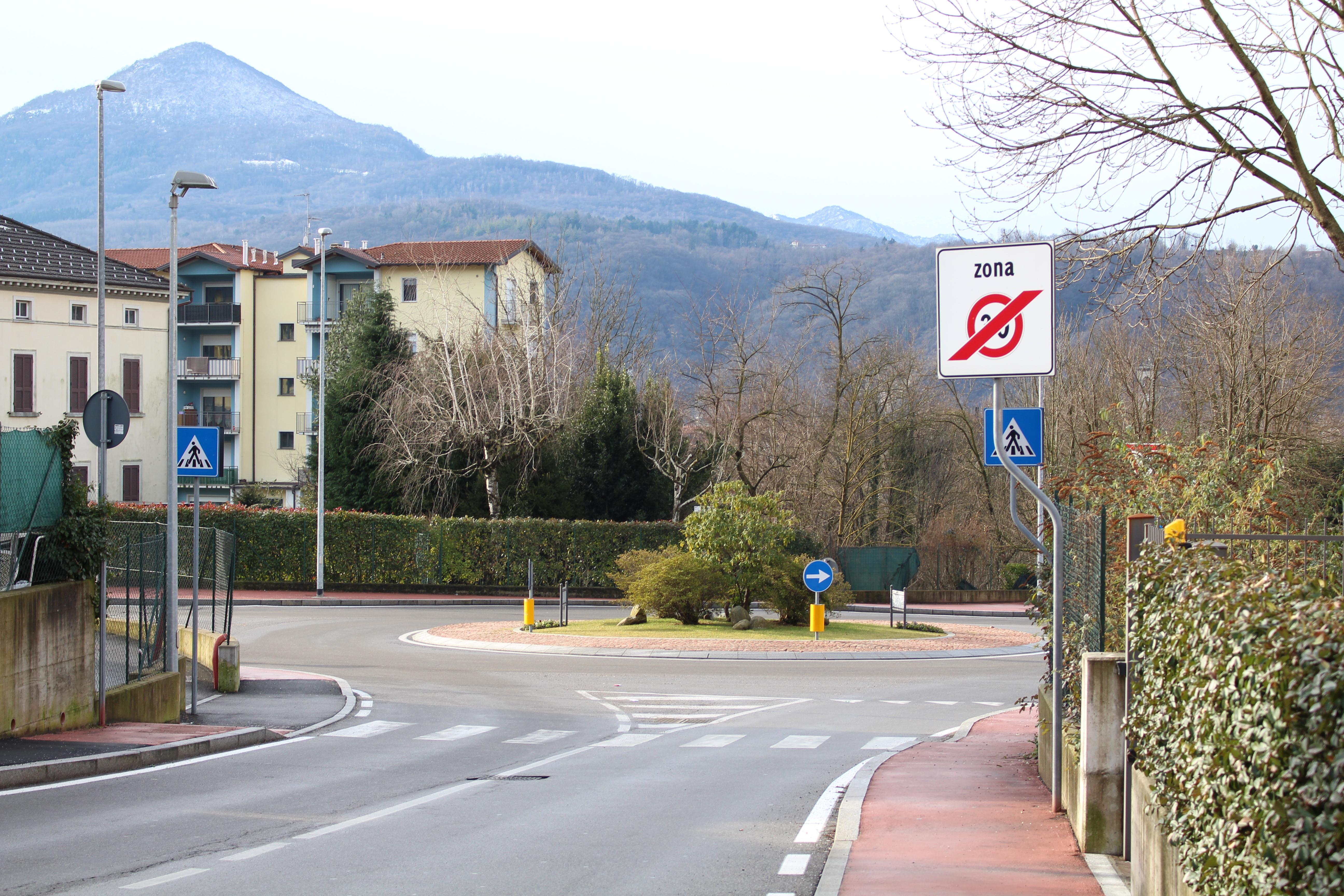 Una rotatoria in via Turati