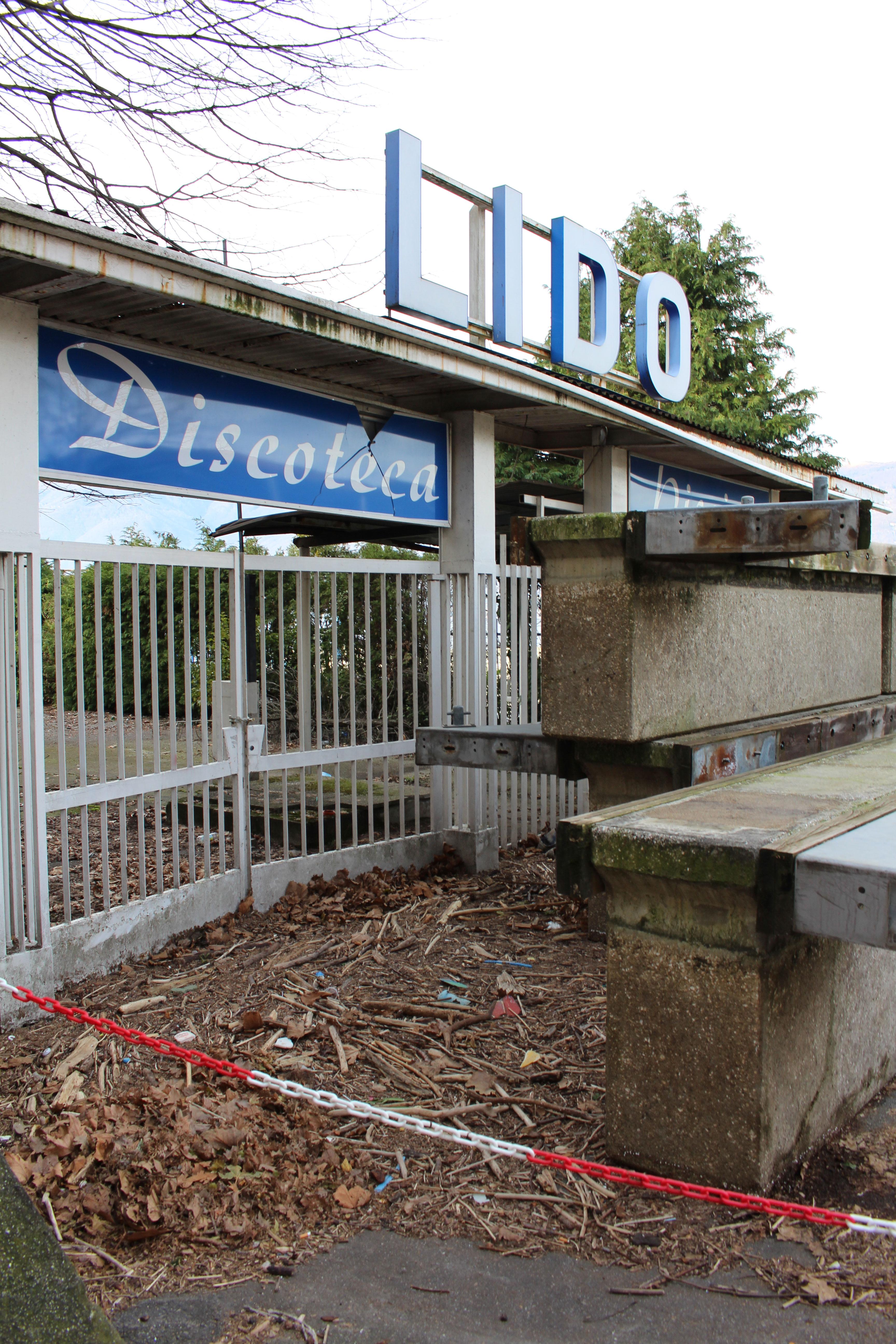 L'ingresso, dal cancello, all'ex discoteca